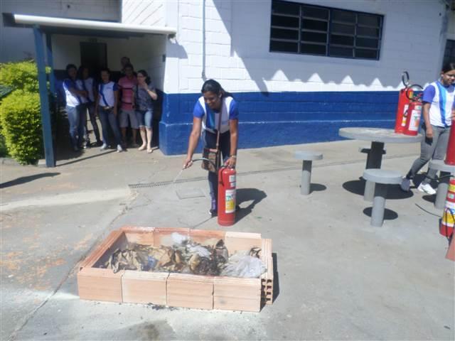 Treinamento Prático de Prevenção e Combate a Princípio de Incêndio, juntamente com a professora Sandra Franco.